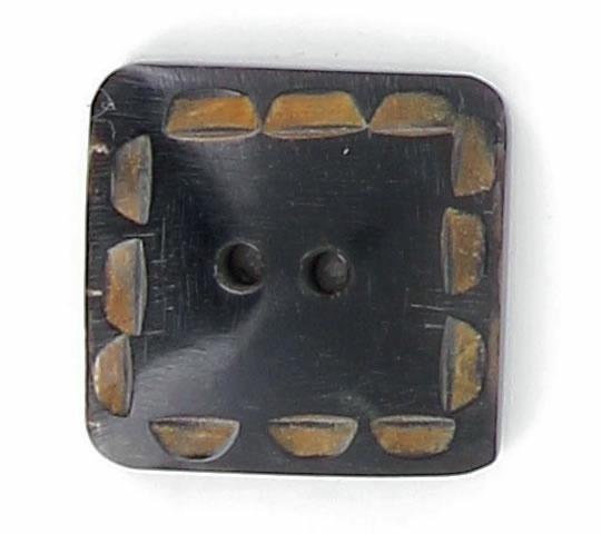 Bouton 2 trous corne carre noir avec encoche. 35mm
